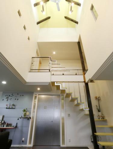 天井高9mの吹き抜けリビングの家