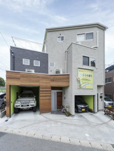 狭小変形地に建つ事務所併用の家