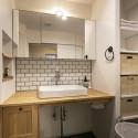清潔感を感じる白いタイルがアクセントになっている造作洗面台